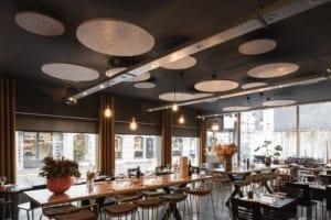 Playful ceiling islands in PETAC® silver wool felt for a restaurant