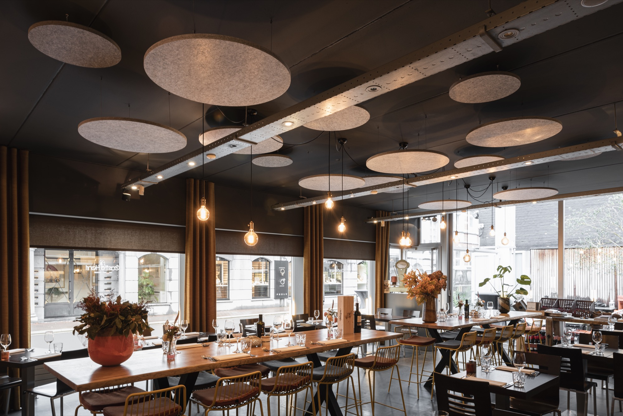 Playful ceiling islands in PETAC® silver wool felt for a restaurant