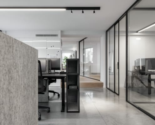 Acoustic furniture and dividers from PETAC® silver in a landscape office