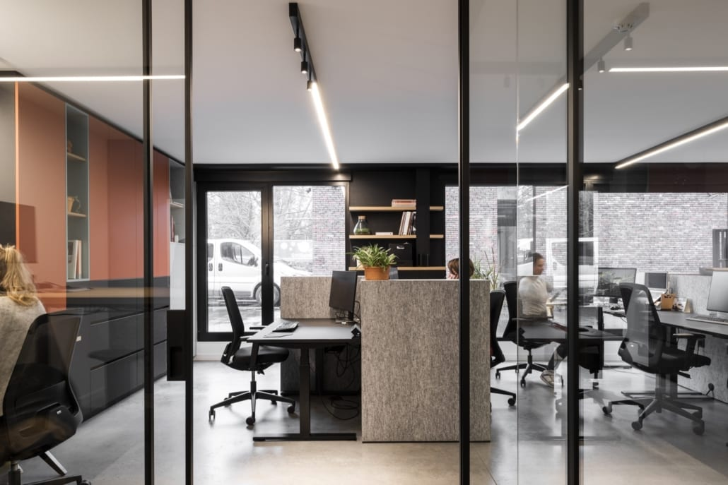 Acoustic dividers and sound-absorbing walls in a landscape office