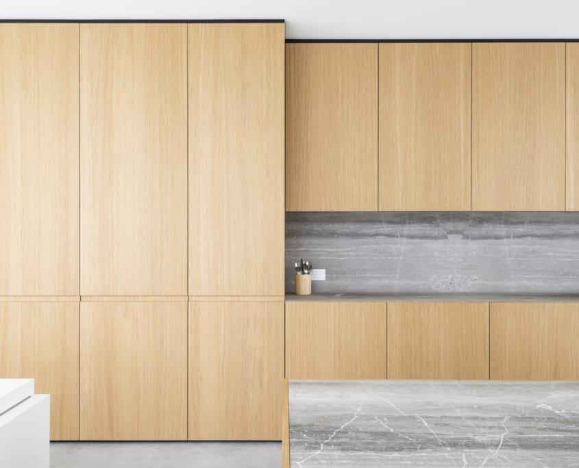 Garniture d'armoire acoustique avec placage de chêne dans une cuisine