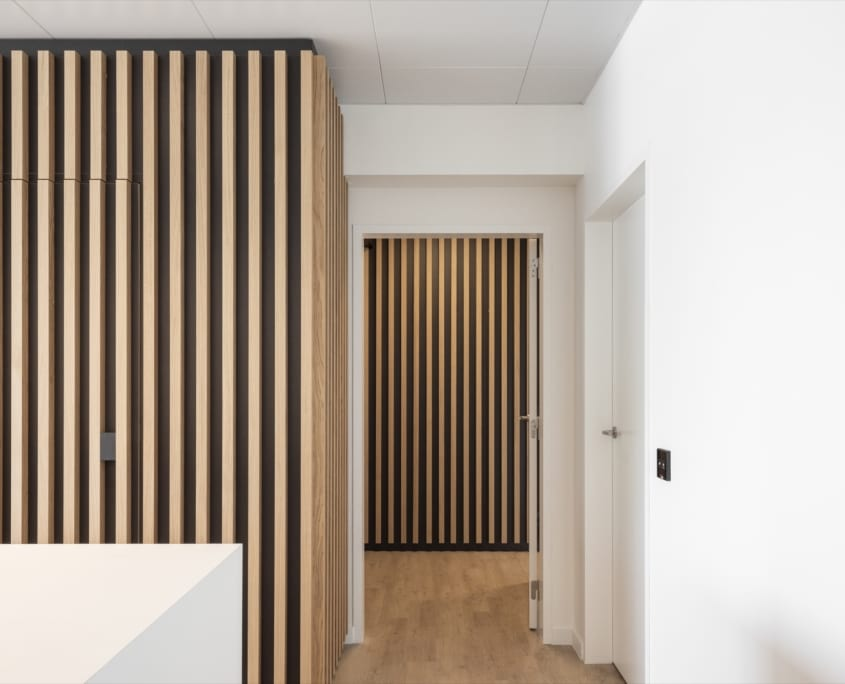 Acoustic wall solution with wood structure for the x-wift office