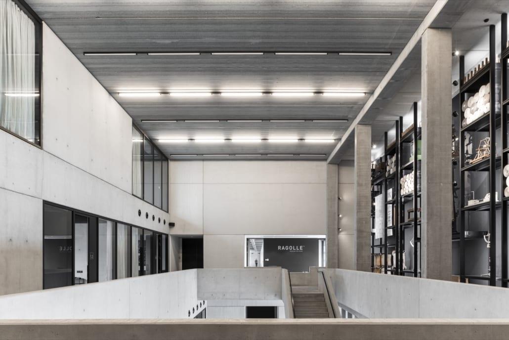 Vue d'ensemble du hall d'entrée avec mur acoustique du showroom de Ragolle Rugs
