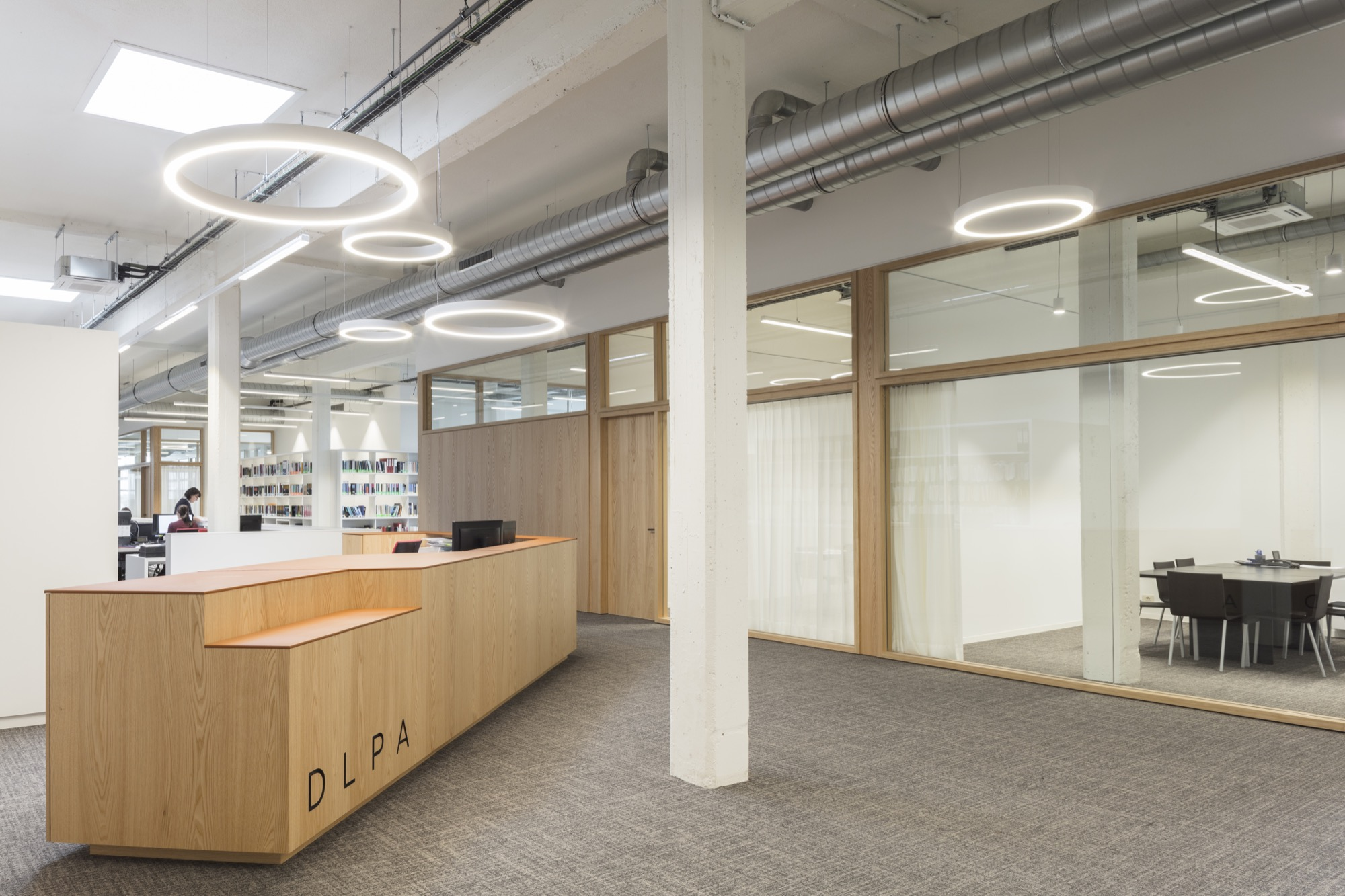 Acoustic frost walls in combination with wooden elements for DLPA Kortrijk