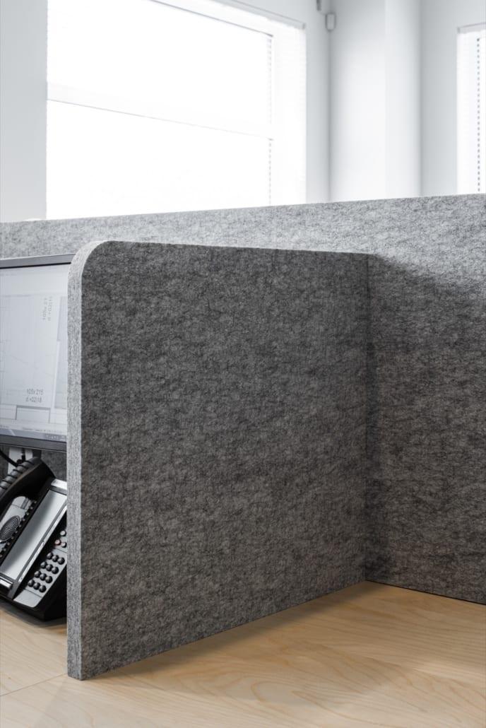 Desk dividers made of acoustic PETAC® material